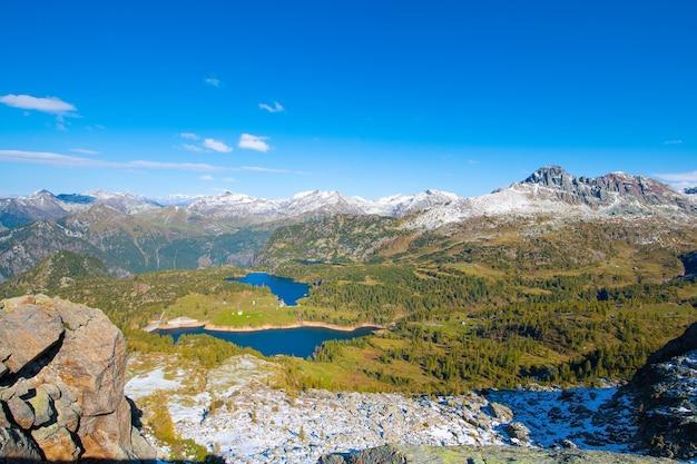 Alpenmeren met dammen voor natuurlijke hernieuwbare elektriciteitsproductie