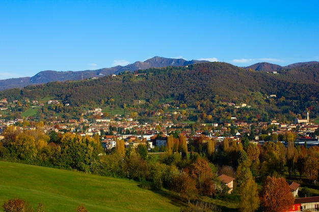 Alpenvallei in de herfst, lombardia, italië