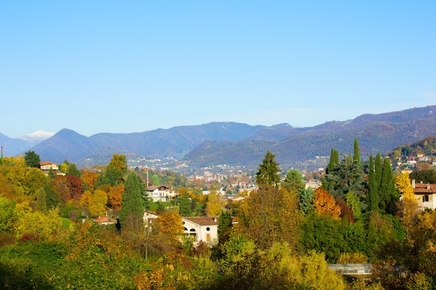 Alpenvallei in het herfstseizoen, lombardia, italië