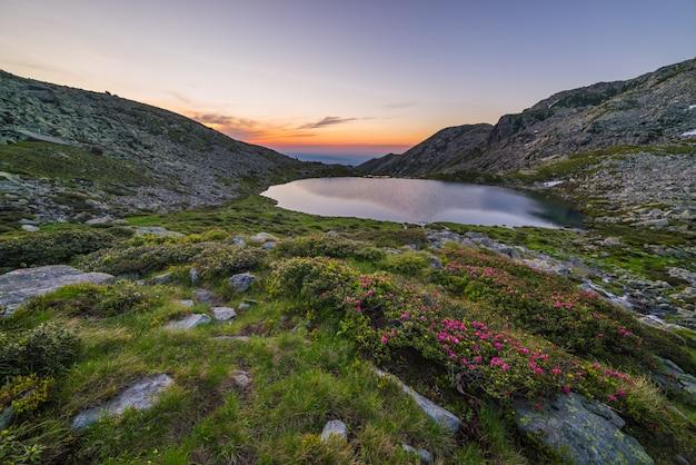 Alpien meer op grote hoogte