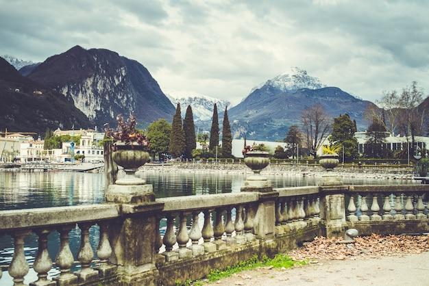 Alpine italiaanse stad met meer