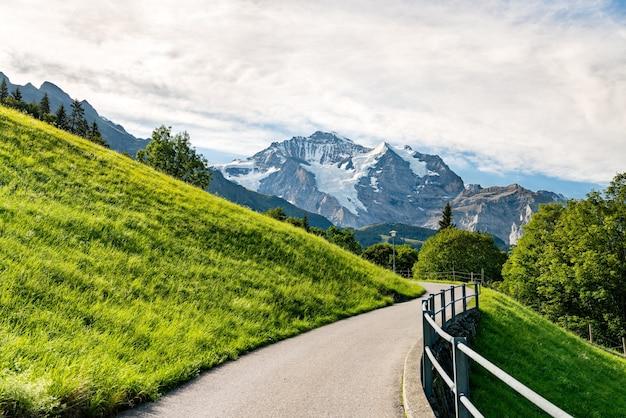 Alpine uitzicht in het dorp wengen in zwitserland