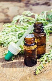 Alsem extract. medicinale planten. selectieve aandacht.