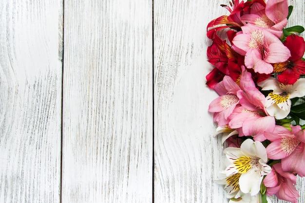 Alstroemeria bloemen op een tafel