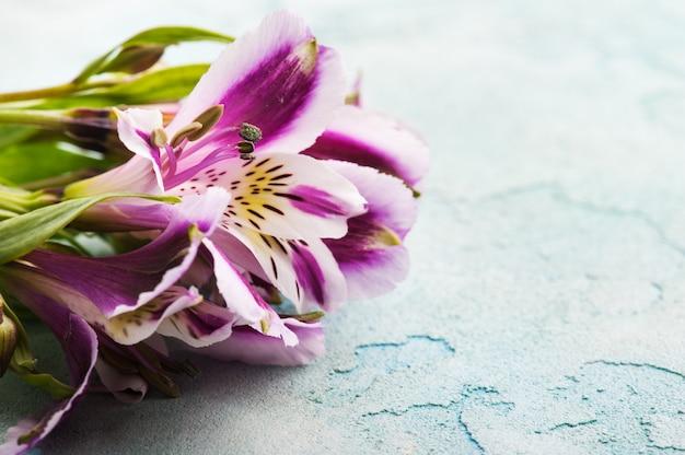 Alstromeria-bloemen in de houten doos, aangestoken kaars