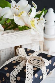 Alstromeria-bloemen in de houten doos, cadeau
