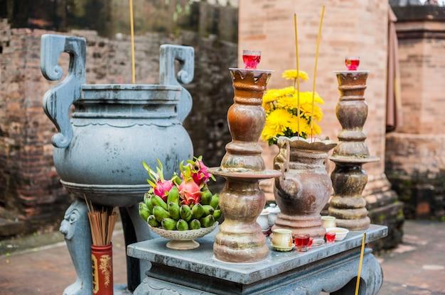 Altaar voor gebed in een boeddhistische tempel van po nagar cham towers