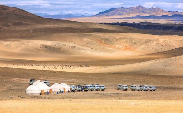 Altai-bergen en vallei met kleine yurts en auto's voor bergen. west-mongolië