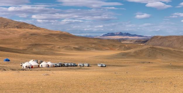 Altai-bergen en vallei met mongoolse yurts en auto's voor bergen. west-mongolië