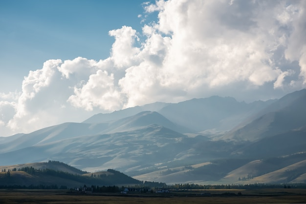 Altai-bergen met bewolkte luchten.