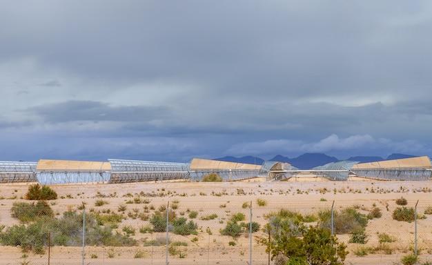 Alternatieve elektriciteits energie zonnecollector op de woestijn van arizona
