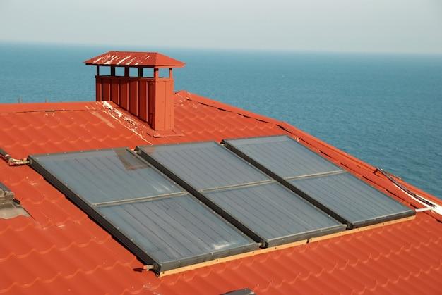 Alternatieve energie-zonnestelsel op het dak van het huis.