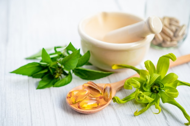 Alternatieve geneeskunde kruiden biologische capsule met vitamine e omega 3 visolie.