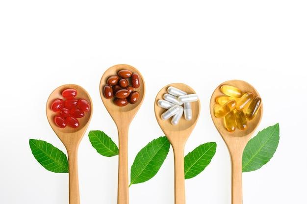 Alternatieve geneeskunde pillen tablet capsule en vitamine organische supplementen op witte achtergrond
