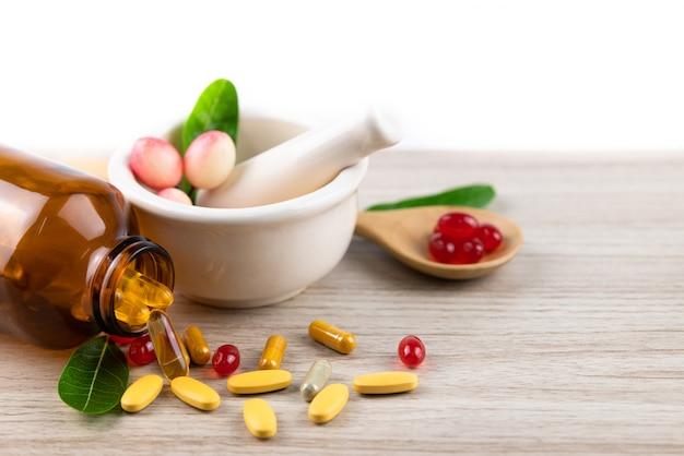 Alternatieve geneeskunde van kruiden, vitamine en supplement van natuurlijk op houten met copyspace