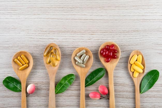 Alternatieve geneeskunde, vitamines en supplementen van natuurlijk op hout