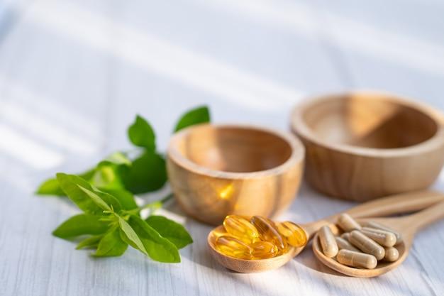 Alternatieve geneeswijzen kruiden biologische capsule met vitamine e omega 3 visolie.