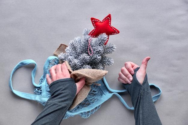 Alternatieve groene kerst, nieuwjaar concept. plat lag, bovenaanzicht op ambachtelijk papier. vier met nepboom zonder een echte boom te doden!