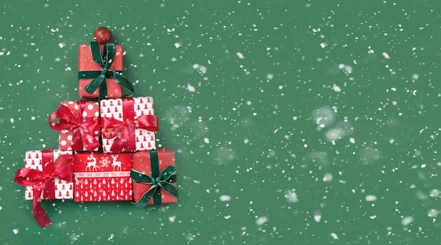 Alternatieve kerstboom van geschenken op groen.