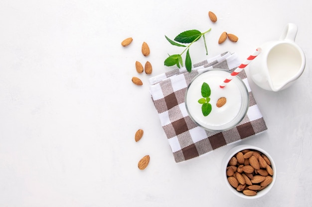 Alternatieve melk amandelmelk, bovenaanzicht, kopie ruimte.
