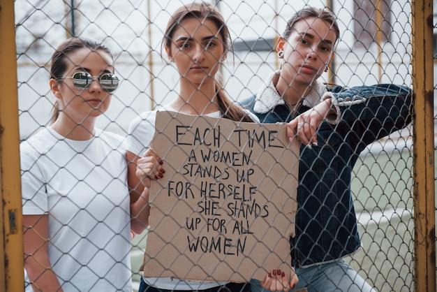 Altijd samen. een groep feministische vrouwen protesteert buitenshuis voor hun rechten