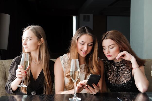 Altijd verbonden, internetverslaving, jonge meisjes in café