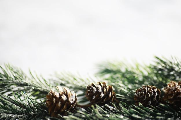 Altijdgroene boom met de hand gemaakt speelgoed, sneeuwvlokken, bollen en spartak op steenachtergrond, kerstmiswenskaart met ruimte voor tekstwens