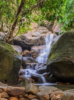 Altijdgroene boswaterval in chanthaburi, thailand
