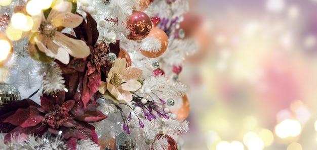 Altijdgroene verse kerstboom met kerstversiering en verlichting met kopieerruimte op magische glinsterende bokeh-achtergrondbanner