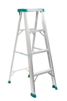Aluminium ladder op wit wordt geïsoleerd