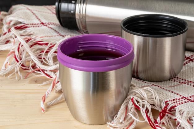 Aluminium metalen thermos container fles close-up op tafel