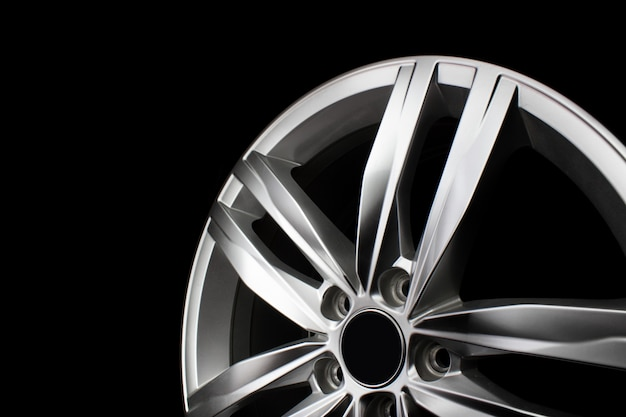 Aluminium metalen velg textuur. auto lichtmetalen wiel, geïsoleerd op zwarte achtergrond.