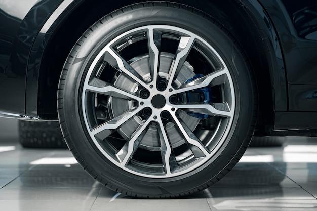Aluminium rand van luxe auto wiel close-up foto