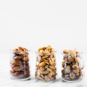 Amandelen; cashewnoten en pistachenoten op marmeren achtergrond