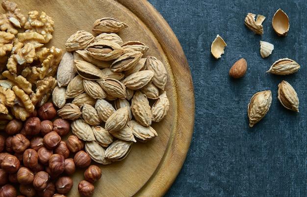 Amandelen hazelnoten walnoten bovenaanzicht gezonde voeding