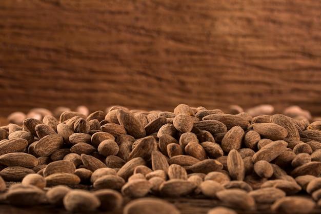 Amandelen in bruine kom op houten achtergrond