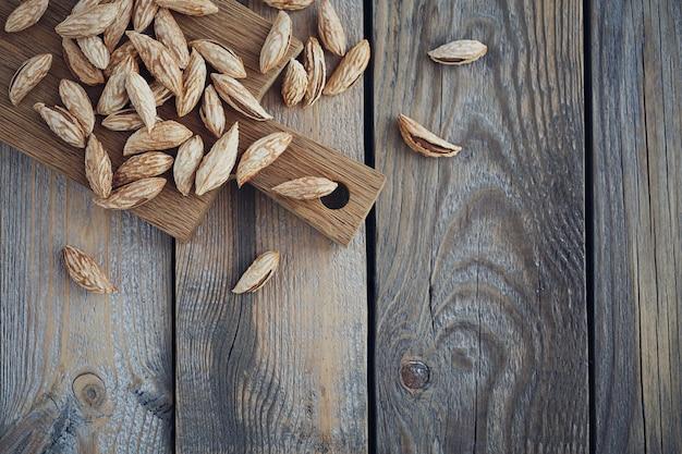 Amandelen noten op een rustieke houten ondergrond