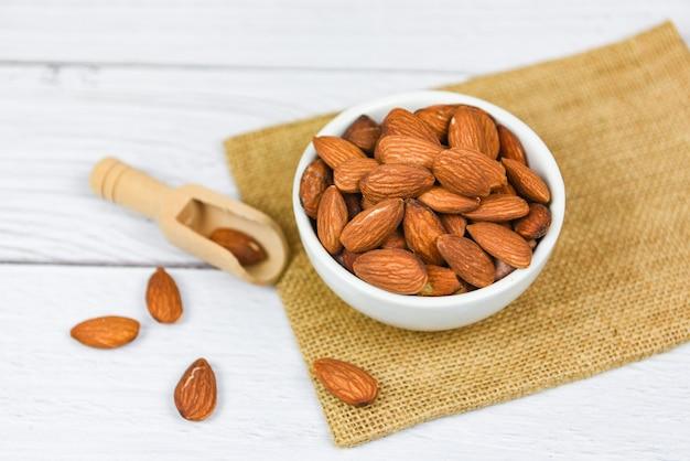 Amandelenkom op zak / sluit omhoog natuurlijk eiwitvoedsel van amandelnoten en voor snack
