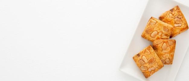 Amandelkoekjes in de moderne ruimte van het plaatexemplaar