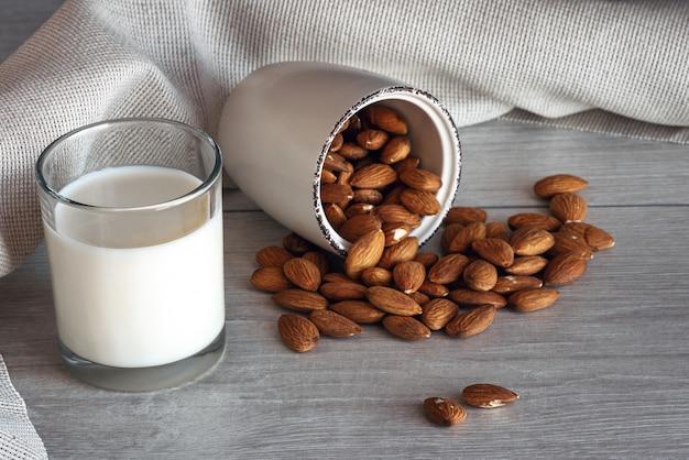 Amandelmelk in een glas met noten