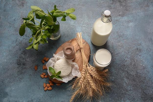 Amandelmelk in glazen flessen met amandelnoten. shavuot - joodse vakantie voedselconcept