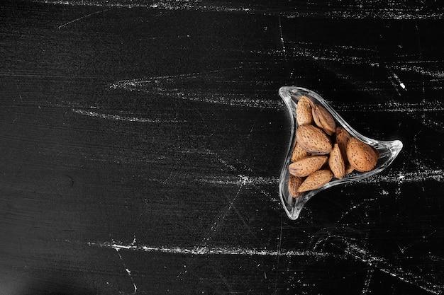 Amandelschalen in een glazen pot.