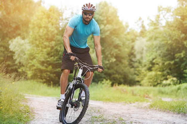Amateur fietser op zijn fiets in het bos