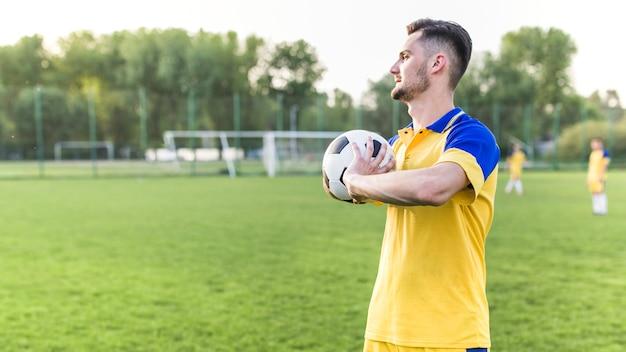 Amateurvoetbalconcept met mens het stellen met bal