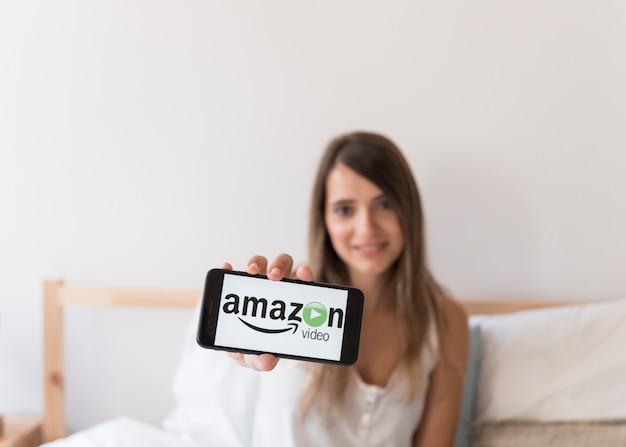 Amazon prime video-app op smartphone in de slaapkamer