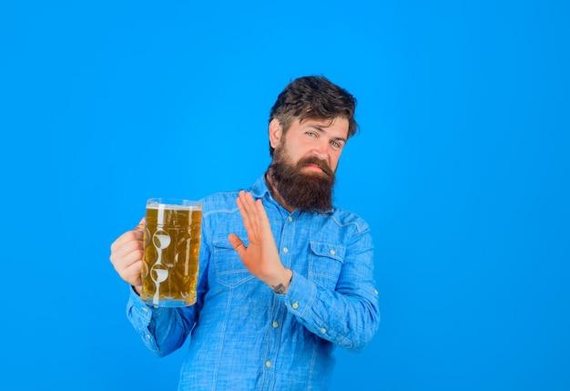 Ambachtelijk bier in restaurant, bebaarde man houdt glas vast met ambachtelijk bier in duitsland alcoholbiertijd