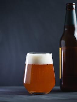Ambachtelijk bier ipa in een glas op een donkere ondergrond