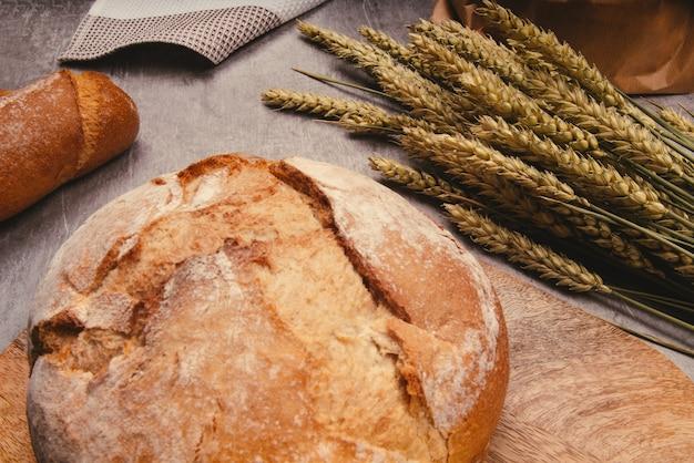 Ambachtelijk brood met tarwegranen op een stenen tafel
