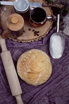 Ambachtelijk brood op tafelkleed vergezeld van koffieservies