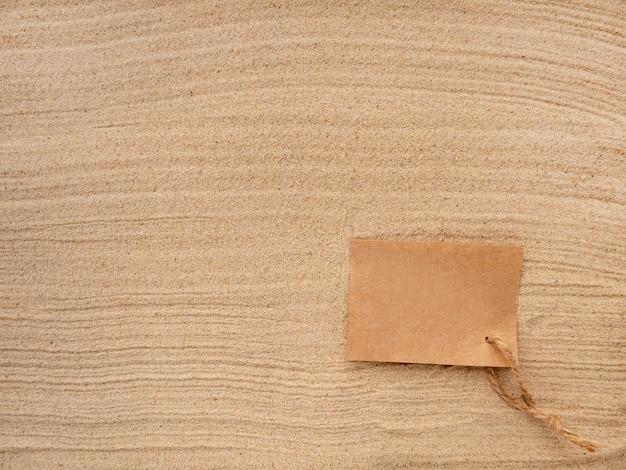 Ambachtelijk papier met touw op de textuur van zeezand.